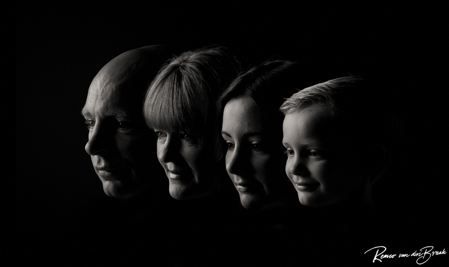 Familie portret zij aan zij met donkere achtergrond bij fotostudio 87 almere
