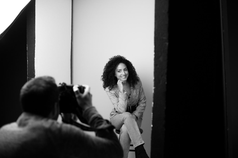 fotoshoot Fotostudio Almere spontane vrouw met krullen