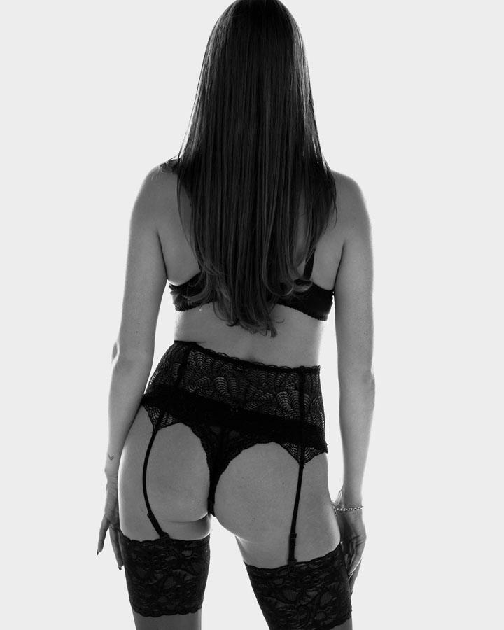 Lingerie fotoshoot billen jarretels zwart wit