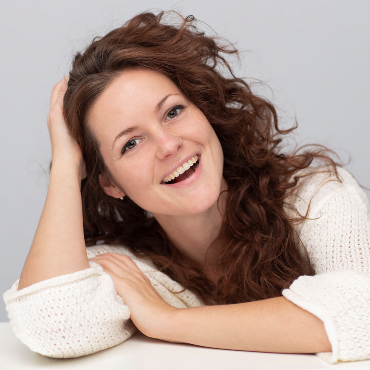 spontane fotoshoot lachende vrouw