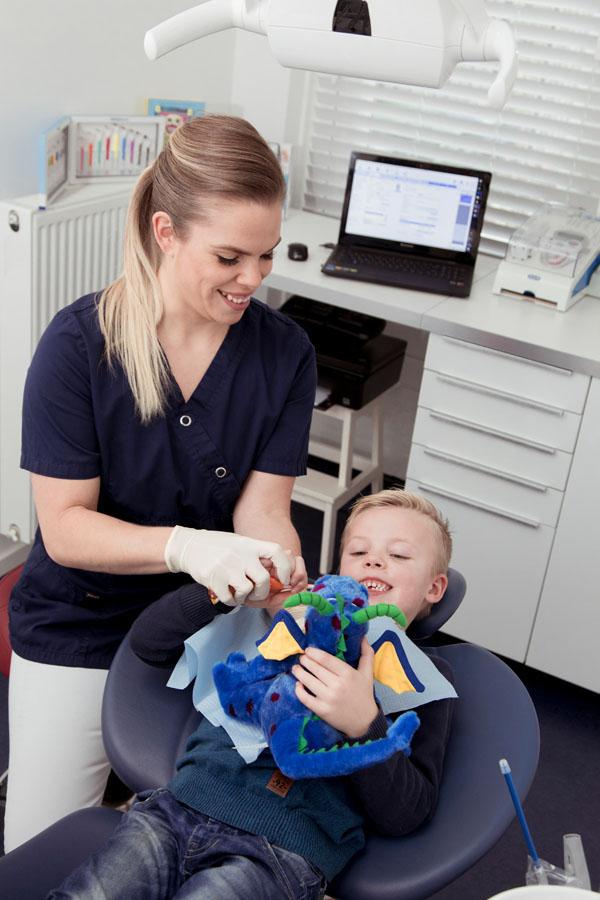 Fotografie mondhygieniste vrouw met kind