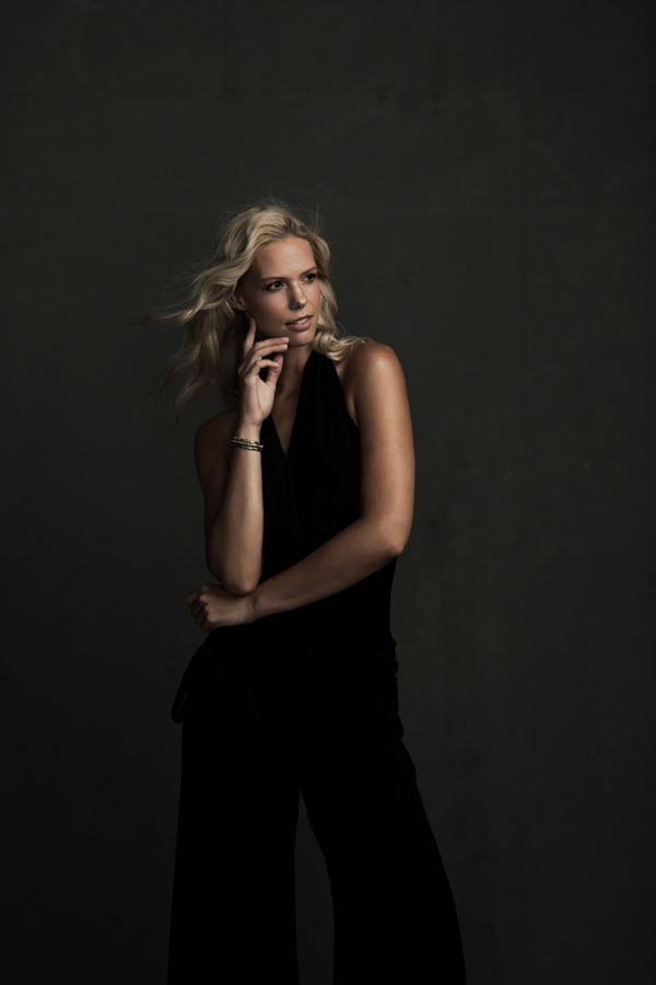 blonde vrouw glamour fotoshoot donkere ruimte