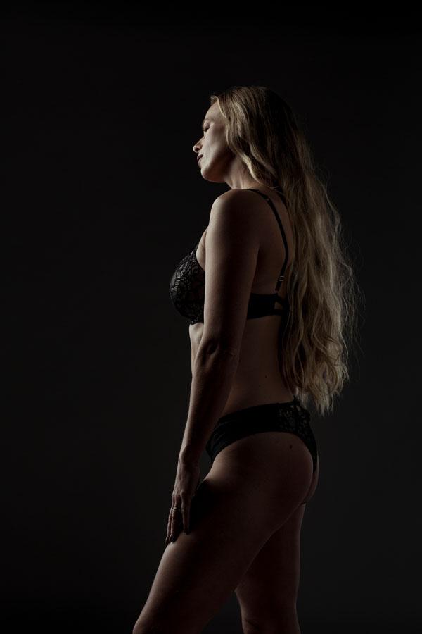lingerie fotoshoot blonde vrouw donkere achtergrond