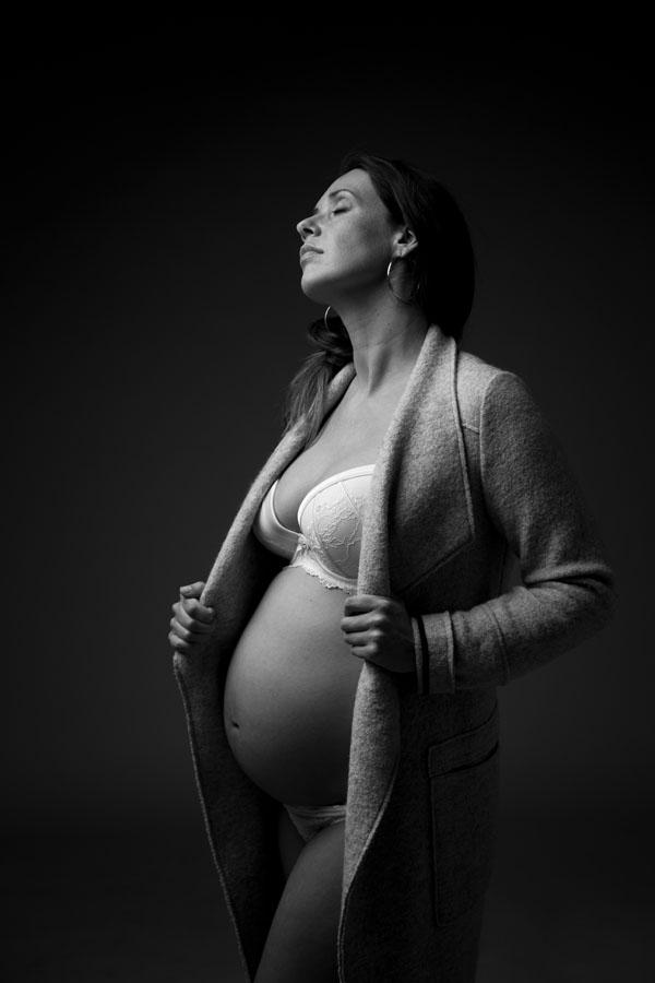 donkere foto zwangerschap lingerie vrouw