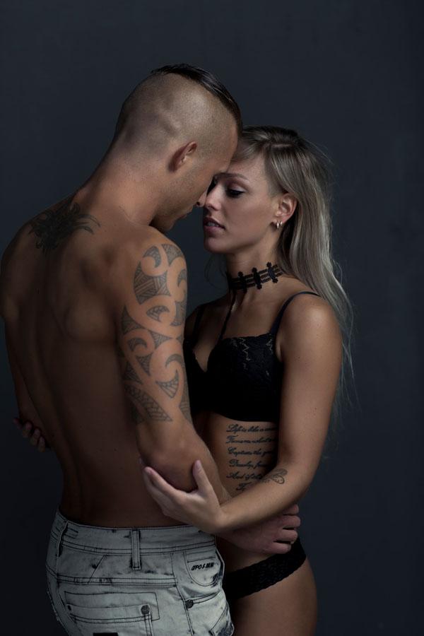 donkere fotoshoot duo man en vrouw intiem