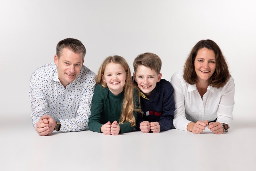 familie portret liggend op grond