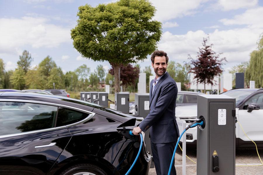 fotografie elektrische auto man