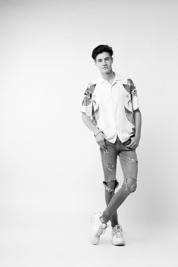 fotoshoot staande jonge zwart wit