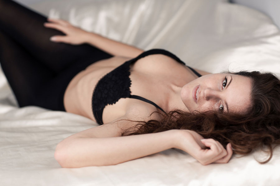 sexy portret fotoshoot vrouw liggend op bed