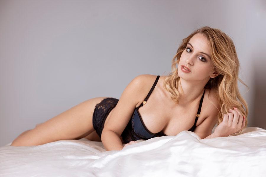 fotoshoot vrouw liggend op bed kleur