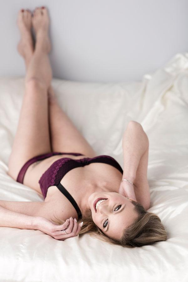 fotoshoot volwassen vrouw liggend op bed