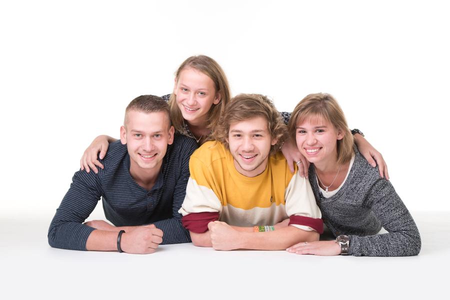 fotoshoot familie liggend op grond