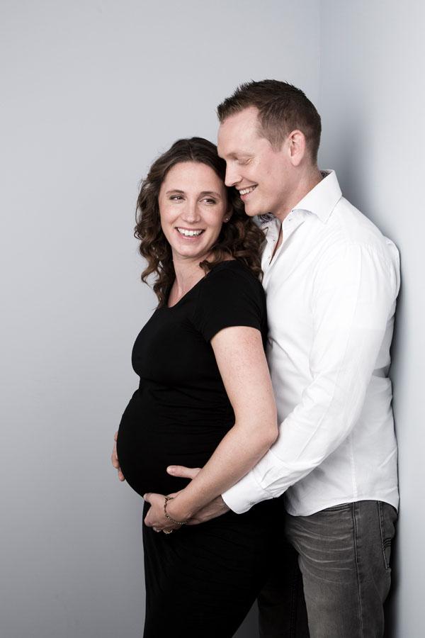 zwangerschaps fotoshoot stelletje lachend