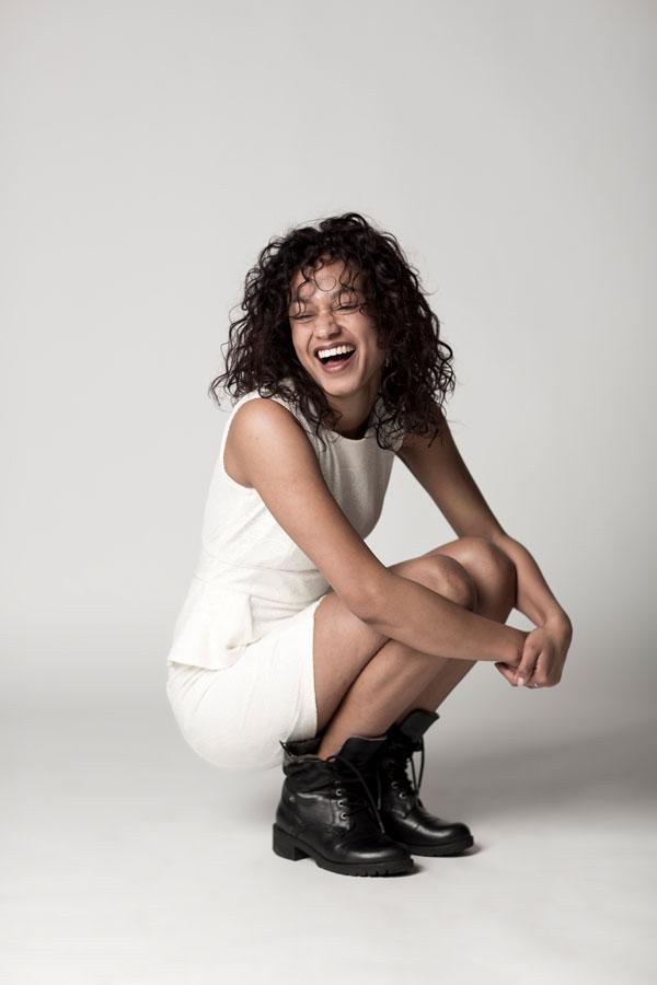 spontane fotoshoot vrouw witte kleding lachend