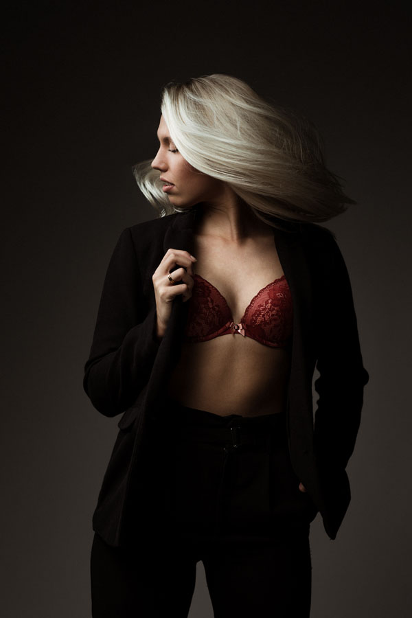 glamour fotoshoot vrouw haar zwaai donkere ruimte