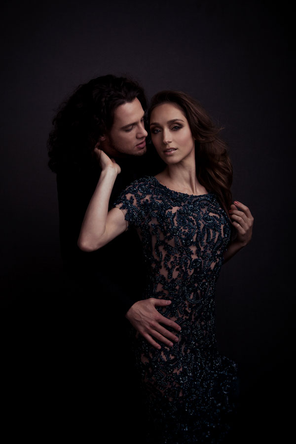 intiem portret man en vrouw donkere ruimte