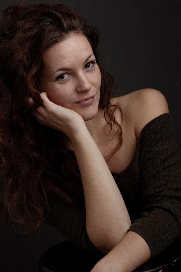 intieme portret fotoshoot vrouw donkere sfeer