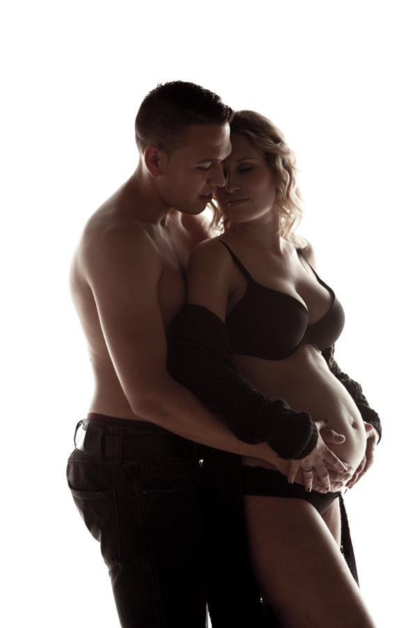 intieme fotoshoot zwangerschap licht vrouw met man