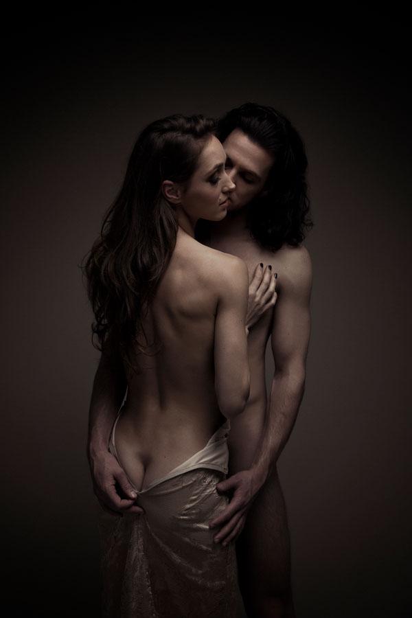 naakt fotoshoot man en vrouw donkere ruimte