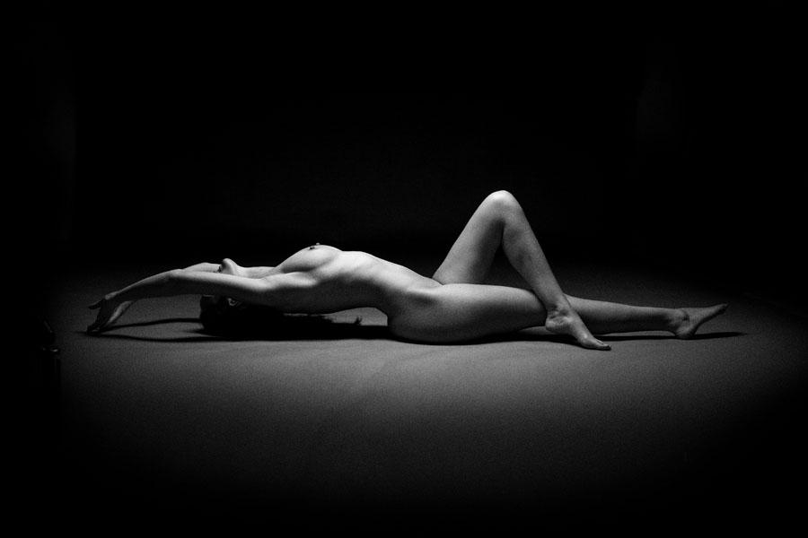 naakt fotoshoot vrouw liggend zwart wit