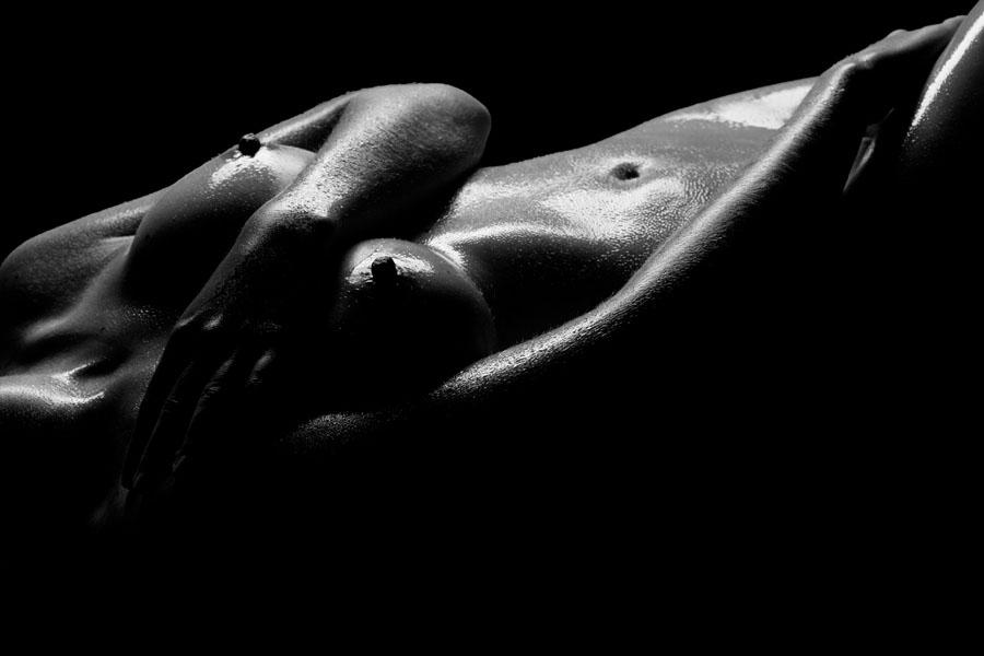 naakt fotoshoot in olie vrouw liggend zwart wit