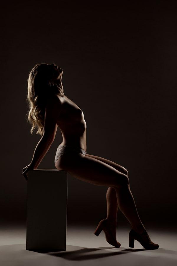 fotoshoot vrouw naakt zittend met hakken