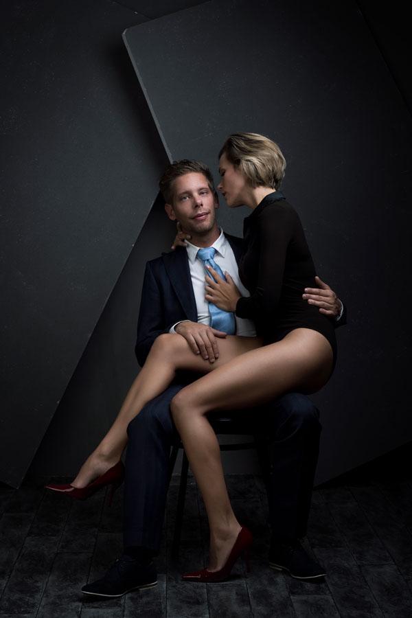 intieme love fotoshoot man en vrouw donkere ruimte