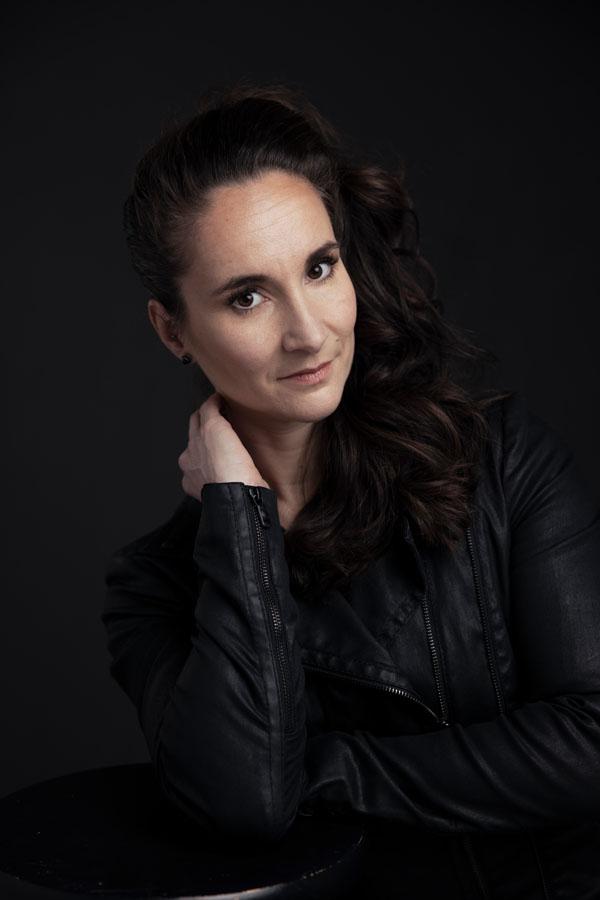 portret fotoshoot vrouw met donker haar donkere achtergrond