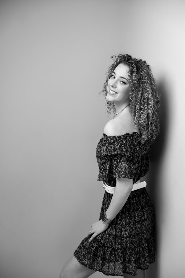 portret fotoshoot vrouw krullend haar zwart wit