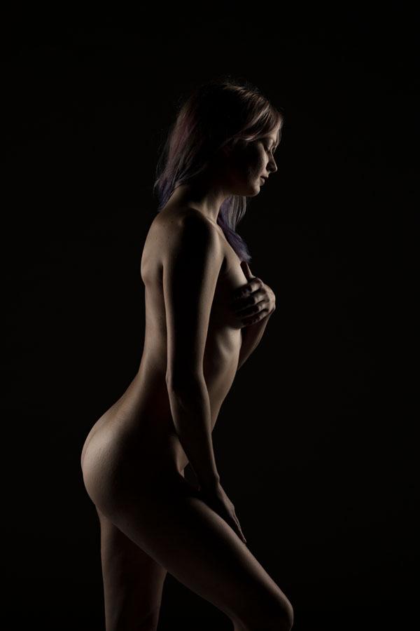 fotoshoot naakt vrouw donkere ruimte