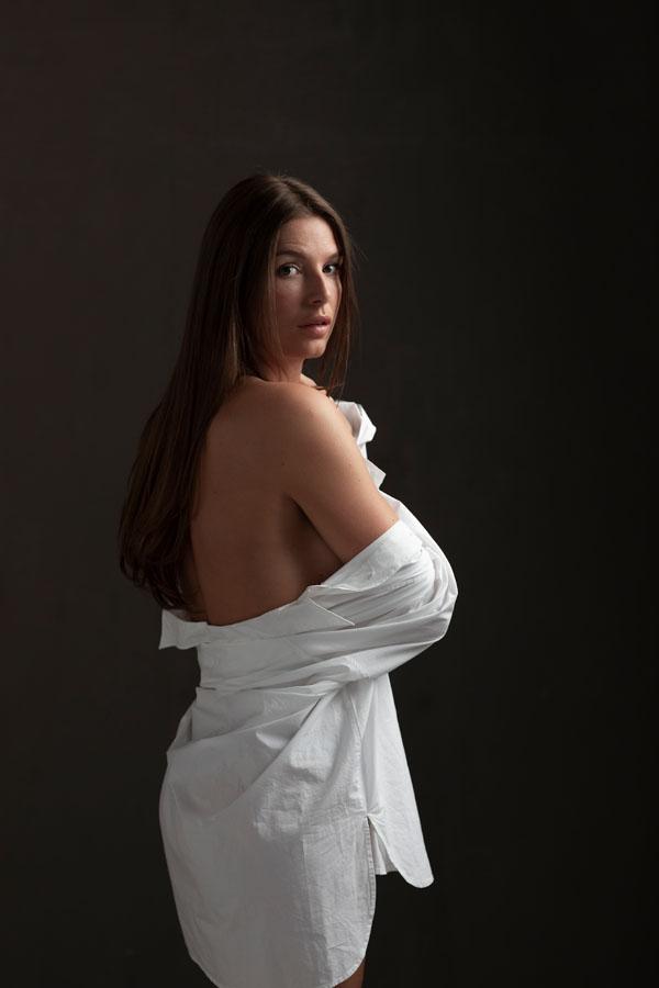 sexy fotoshoot vrouw in blouse in het donker