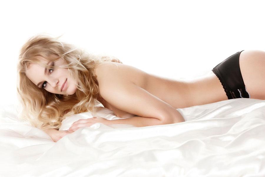 sexy fotoshoot vrouw liggend op bed