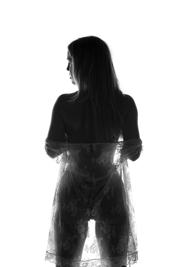 fotoshoot naakte vrouw silhouet staand zwart wit