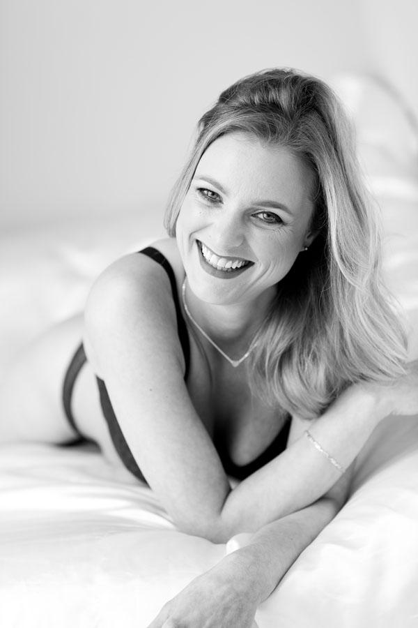 spontane fotoshoot volwassen vrouw in lingerie