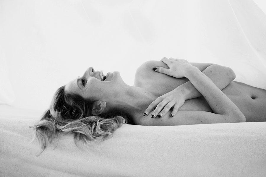 spontane naakt fotoshoot vrouw liggend op rug