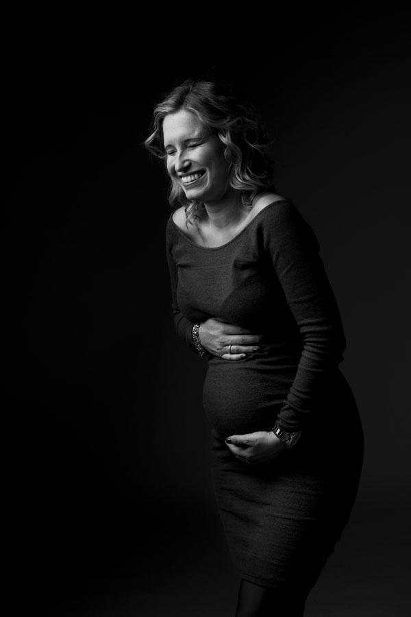 spontane zwangerchap fotoshoot vrouw zwart wit