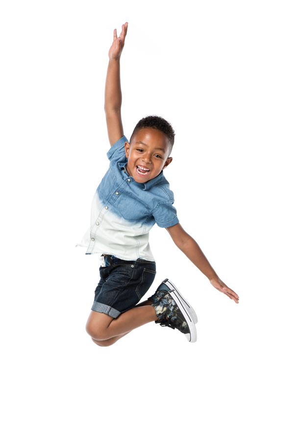 fotoshoot springende jongen belicht