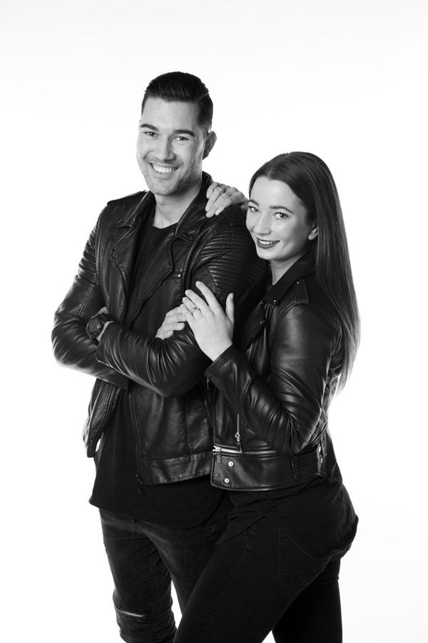 spontane love fotoshoot man en vrouw zwart wit