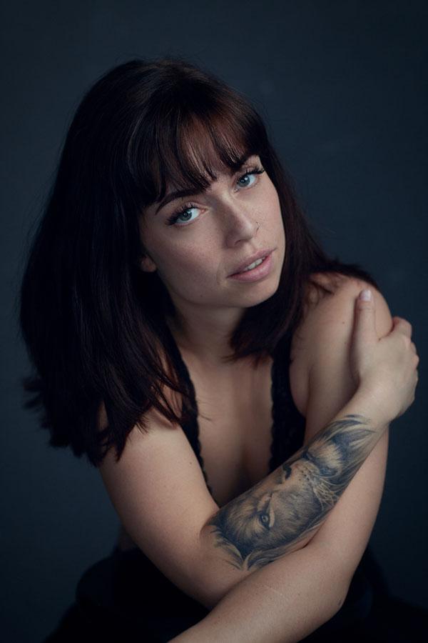 portret fotoshoot van stoere vrouw met tattoo