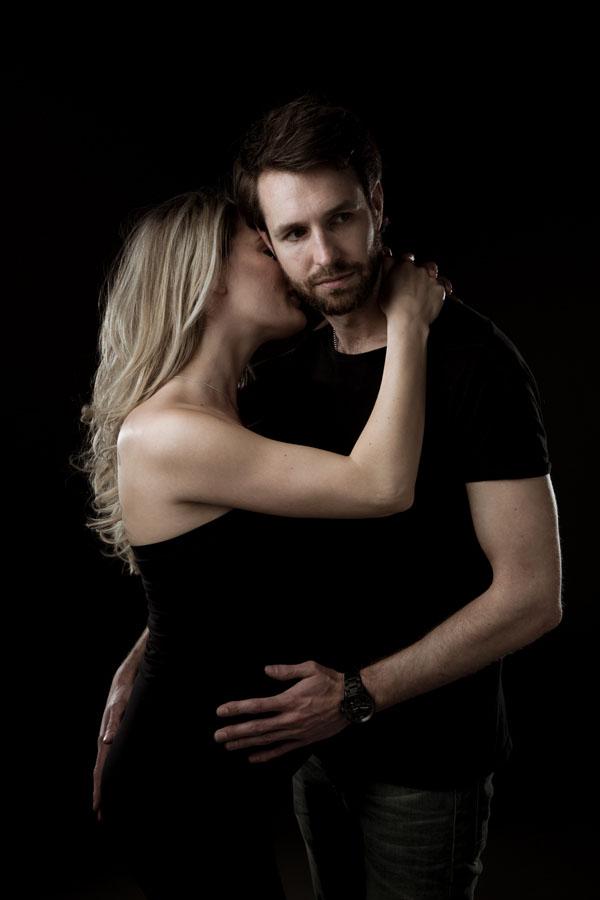 stoere zwangerschap foto met man donkere kamer
