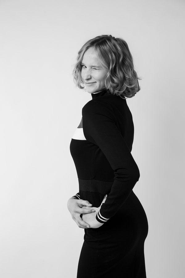 fotoshoot vrouw met knipoog zwart wit