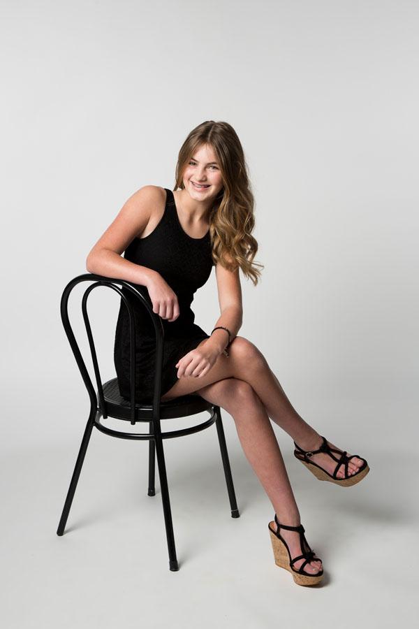 tiener fotoshoot zittend op stoel
