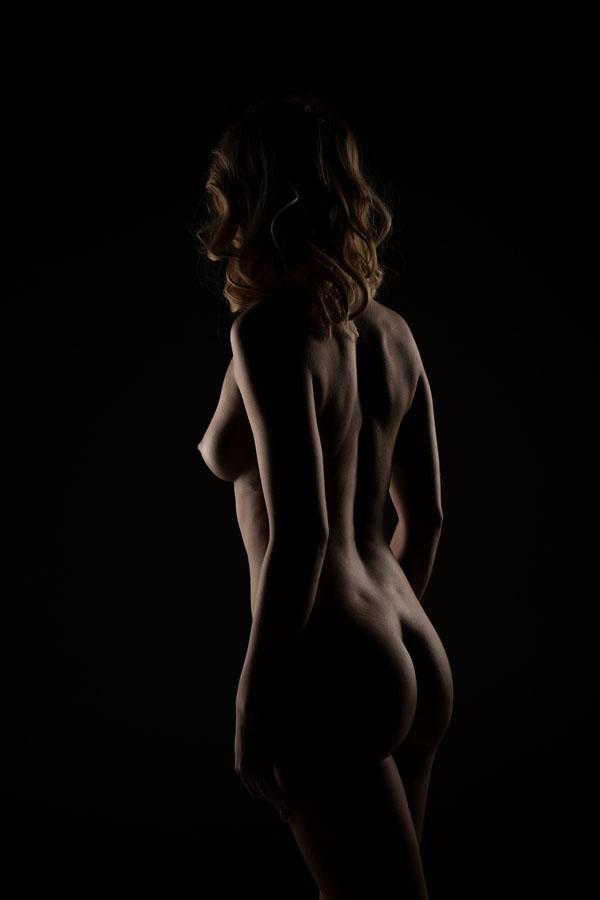 fotoshoot low key vrouw naakt