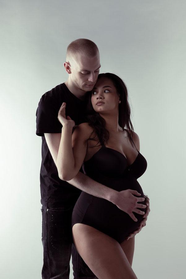 zwangerschaps fotoshoot in zwart met partner