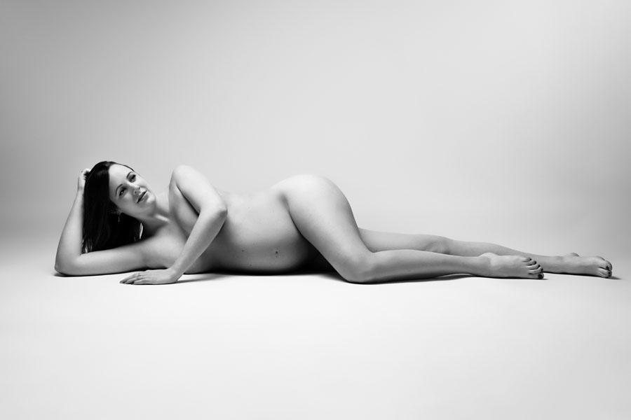 zwangerschap fotoshoot naakt liggend zwart wit