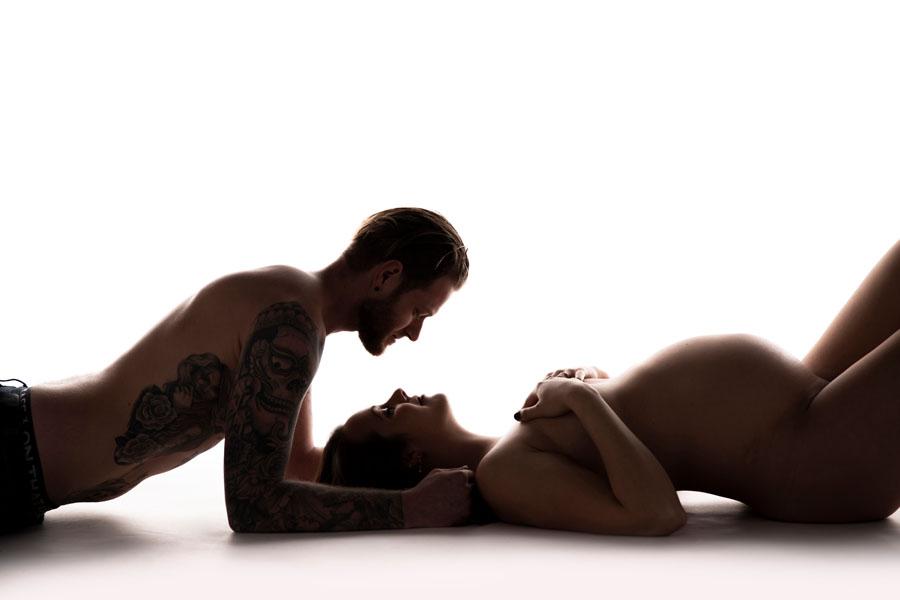 zwangerschaps fotoshoot naakt liggend met man