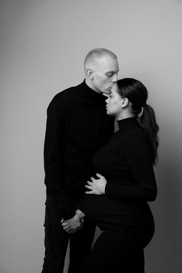zwangerschaps fotoshoot met vriend in zwarte kleding zwart wit