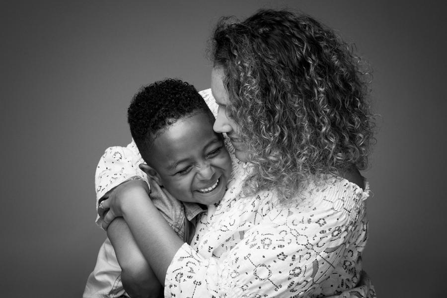 zwart wit fotoshoot spontaan met moeder en zoon