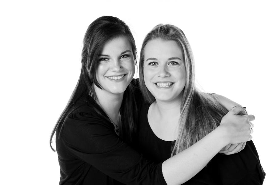 zwart wit fotoshoot zussen