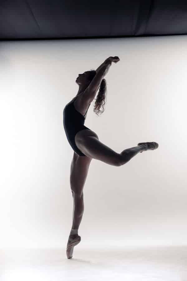 Ballet en dans fotoshoot jonge gespierde vrouw